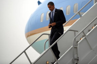 US President Barack Obama disembarks from Air Force One upon his arrival at the Los Angeles International Airport in Los Angeles, California, on August 16, 2010.