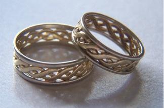 A pair of wedding rings.