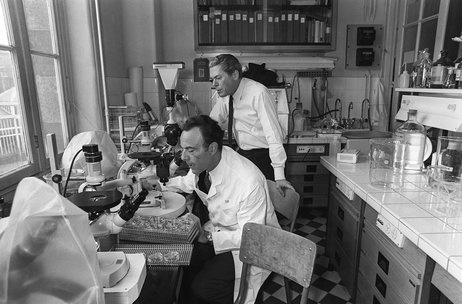 French biologists Jacques Monod (right) and Francois Jacob work in their laboratory at the Institut Pasteur in Paris in 1971. Jacob died in April at age 92.