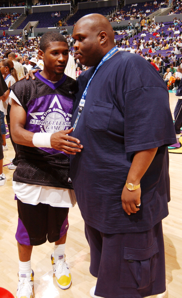 Big Boy (R) pre-surgery in 2002, talking with Usher at a celebrity basketball game in Los Angeles.