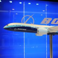 A model display of a Boeing 787 Dreamlin