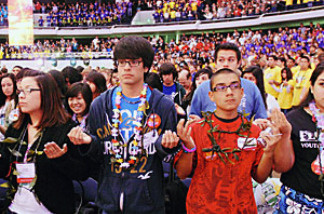 Young people pray during the Religious Education Congress in Anaheim, Feb. 27, 2009, sponsored by the Archdiocese of Los Angeles.