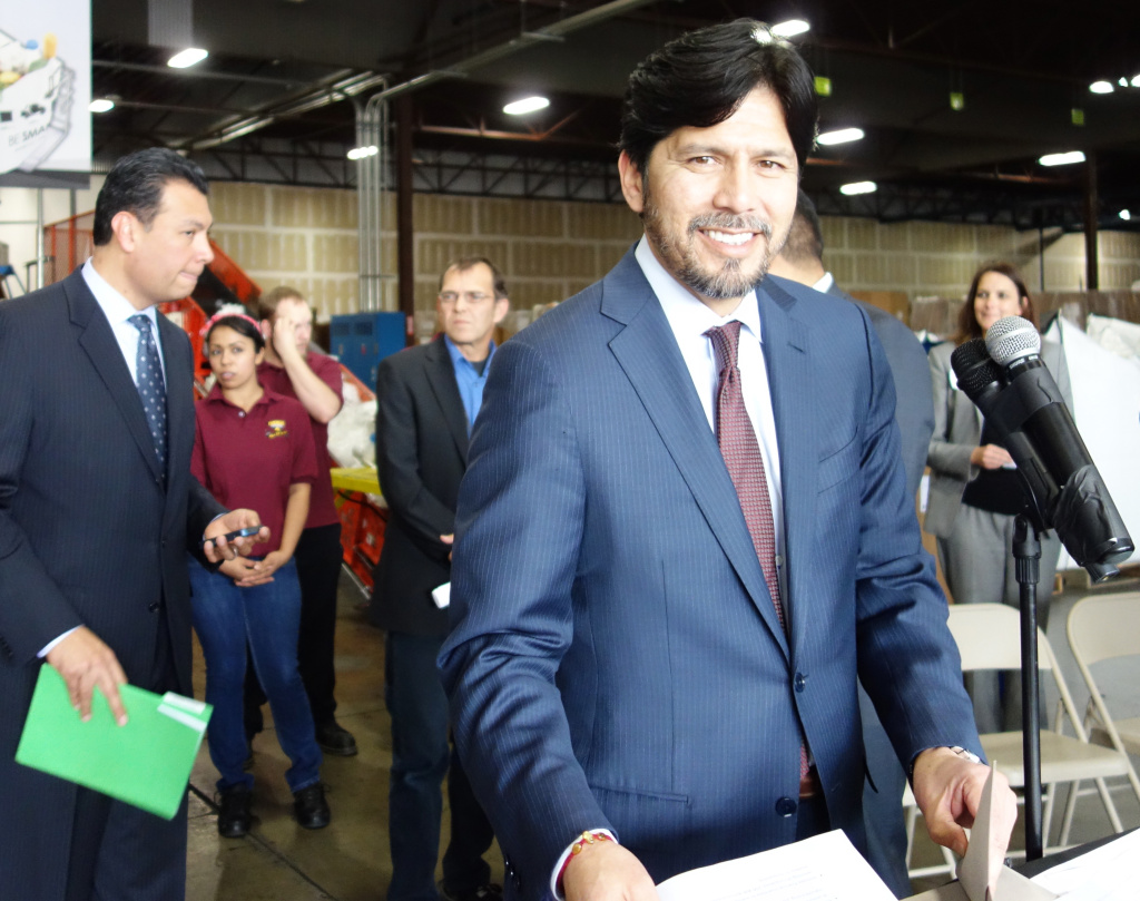 Sen. Kevin de Leon (D-Los Angeles) at a news conference at a plastic bag manufacturing plant in Vernon.