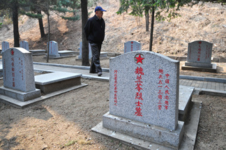 An elderly veteran of the 1950-53 Korean War looks for the graves of friends at a memorial cemetery on April 4, 2009 in Dandong, in northeast China's Liaoning province across from the North Korean border town of Siniuju.