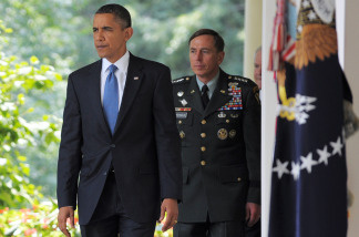 US President Barack Obama(L) and US General David Petraeus make their way through the Colonnade for Obama to make a statement in the Rose Garden June 23, 2010 at the White House in Washington, DC. Obama announced the resignation of Afghan war commander General Stanley McChrystal and named Petraeus as his replacement.