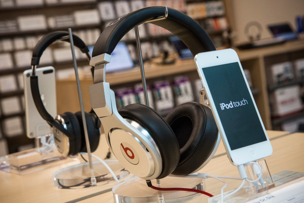 NEW YORK, NY - MAY 09:  Beats headphones are sold along side iPods in an Apple store on May 9, 2014 in New York City. Apple is rumored to be consideringing buying the headphone company for $3.2 billion.  (Photo by Andrew Burton/Getty Images)
