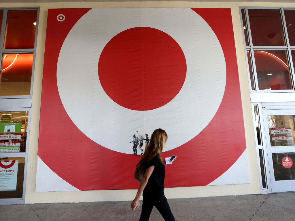 The security breaches at Target and Neiman Marcus have raised questions over how quickly companies are required to disclose that customer information was hacked.