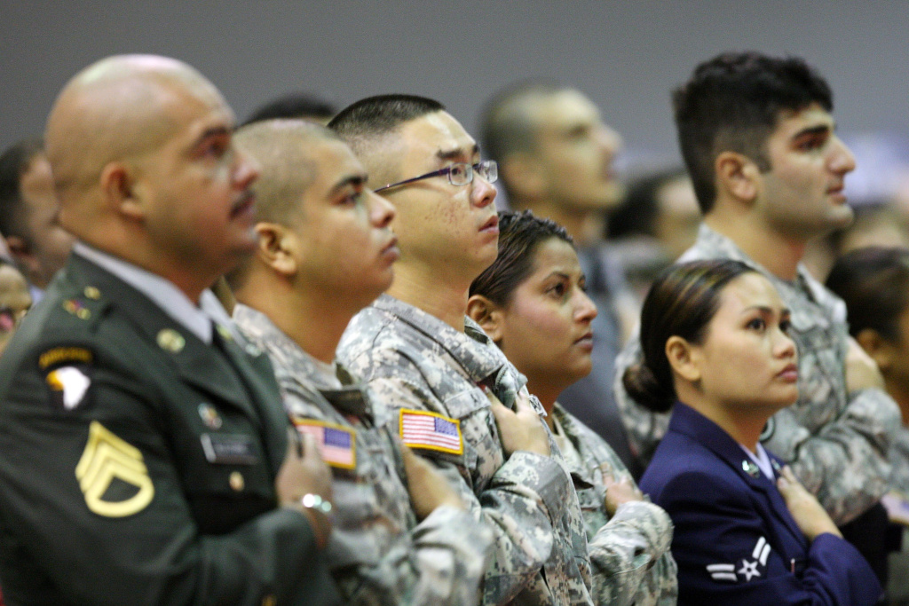 Immigrant members of the military recite the Pledge of Allegiance upon gaining U.S. citizenship as 18,418 people are sworn in as U.S. citizens during naturalization ceremonies at the Los Angeles Convention Center on Aug. 28, 2008, in Los Angeles, Calif. (File photo)