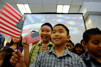 A group of people take the oath to become U.S. citizens