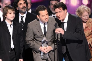 Charlie Sheen accepts a People's Choice Award with fellow cast members of