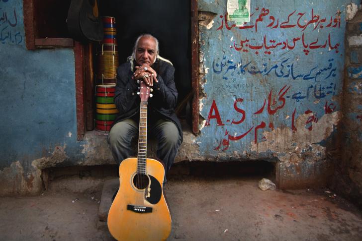 SOL_00018_R Nijat Ali plays harmonium in Broad Green Pictures release, SONG OF LAHORE. Credit: Nadir Siddiquiin / Broad Green Pictures