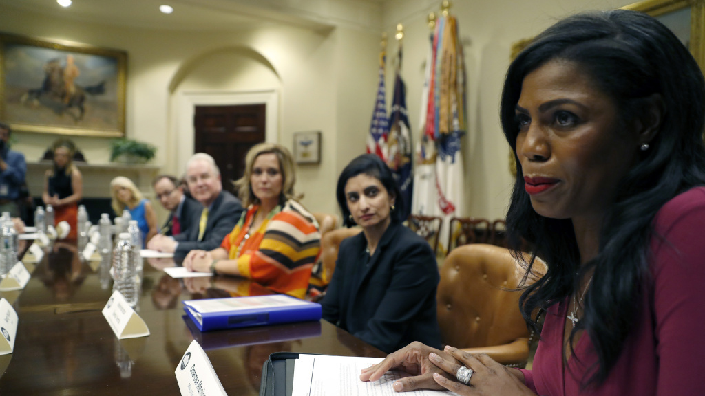 Black journalists turn backs to Omarosa Manigault