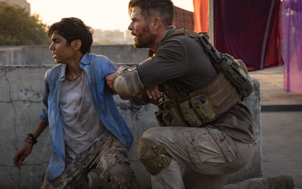 Rudhraksh Jaiswal and Chris Hemsworth in Extraction.