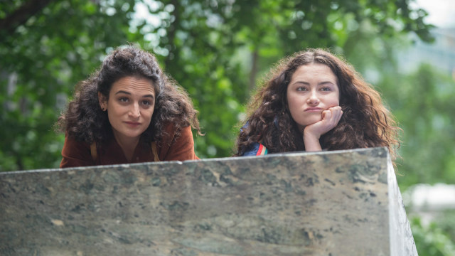 Jenny Slate and Abby Quinn as daughters Dana and Ali in Landline