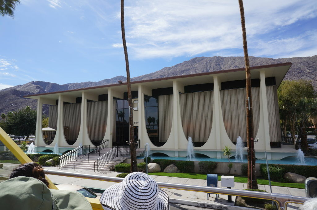 The Coachella Valley Savings and Loan #2, a landmark of mid-century architecture. Designed by E. Stewart Williams in 1960, the building is now occupied by Chase Bank.