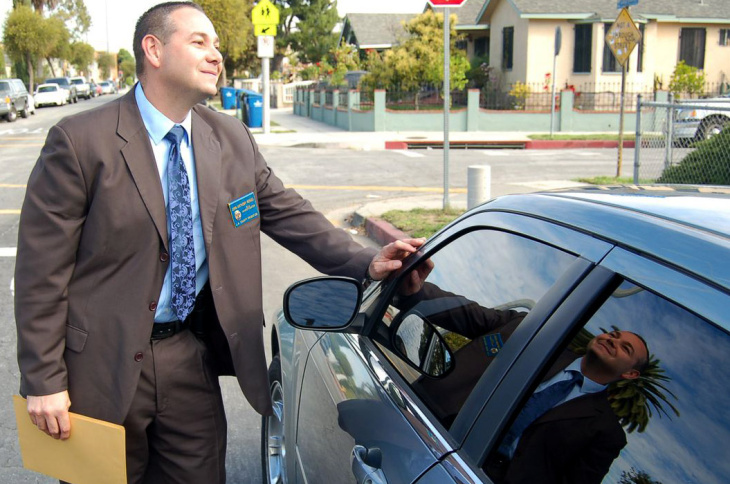 L.A. County Probation investigator John Perico interviews Dr. Cuthbert Pyne.