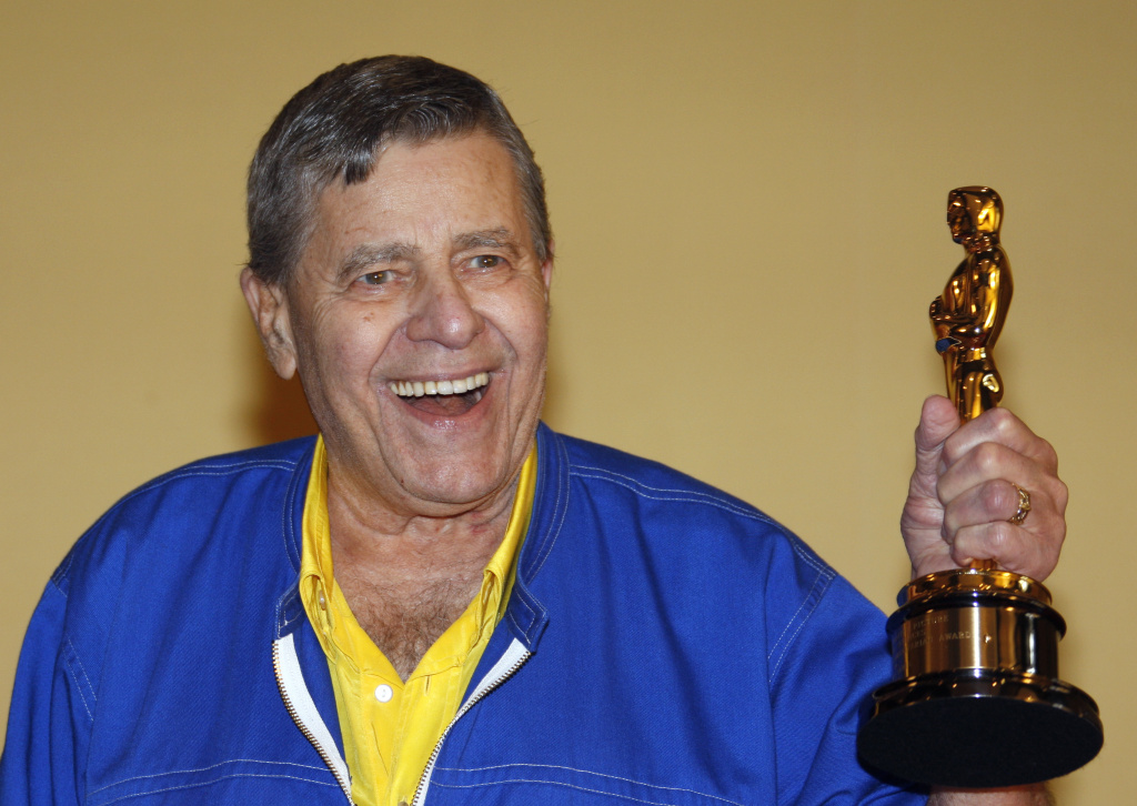 Jerry Lewis poses with his Oscar during the 62nd International Cannes Film Festival.