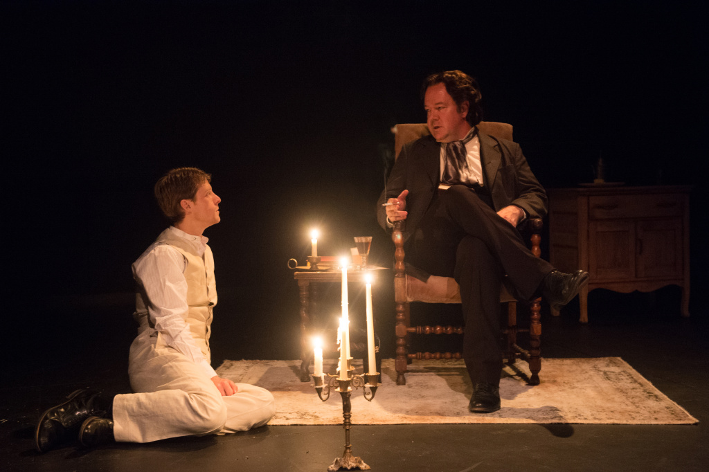 Rob Nagle (R) plays Oscar Wilde in
