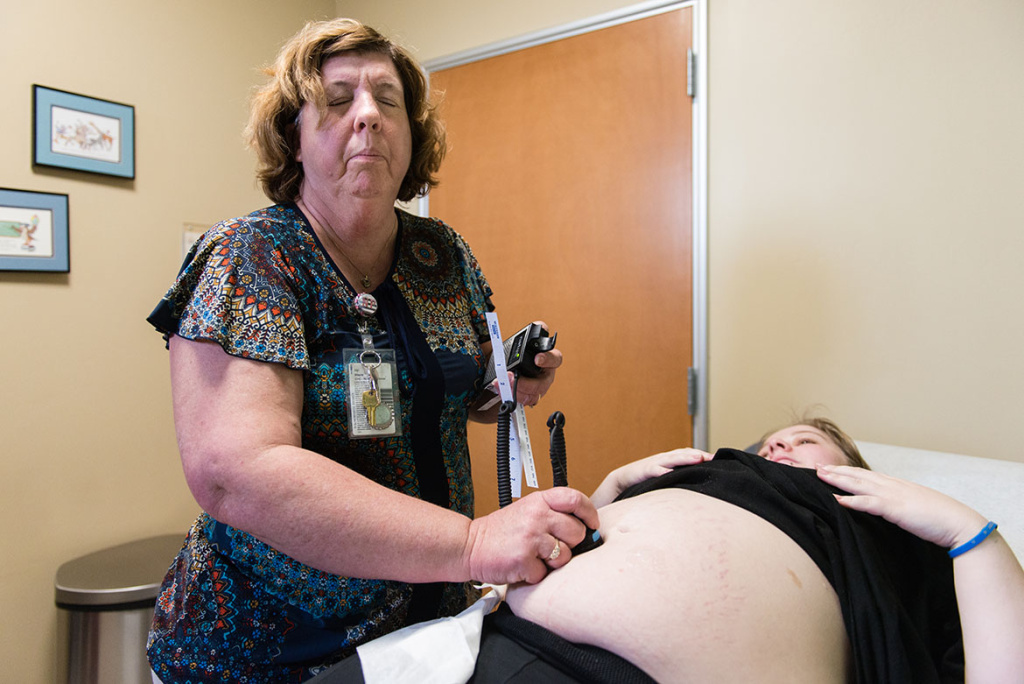 Vyn Wayne, a nurse practitioner at Clinica Sierra Vista, examines patient Serenity Thomason. Due to the increase in congenital syphilis diagnoses in Kern County, Wayne informs all of her pregnant patients about the sexually transmitted disease during their prenatal appointments.