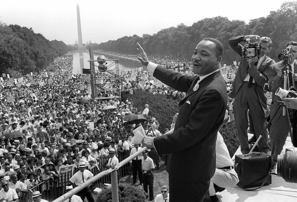 Martin Luther KIng (C) waves to supporters from the steps of the Lincoln Memorial August 28, 1963.