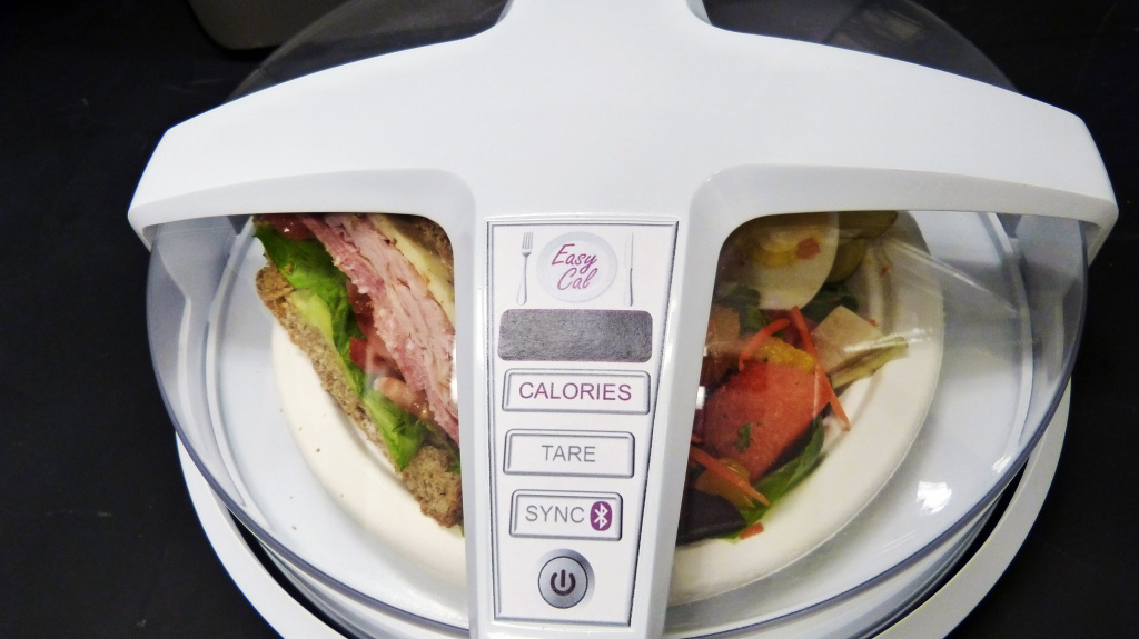 A model of GE's automatic calorie counter, fitted over a plate of food.