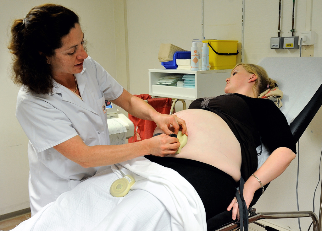 A doctor makes an ultrasound to a patient on September 17, 2013 at the maternity of the Lens hospital, northern France.