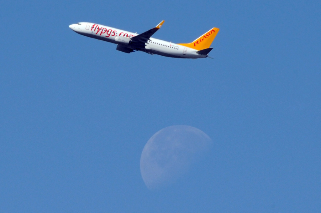 A US Boeing 737 for Pegasus Airlines flies over southwestern France, on May 11, 2012.