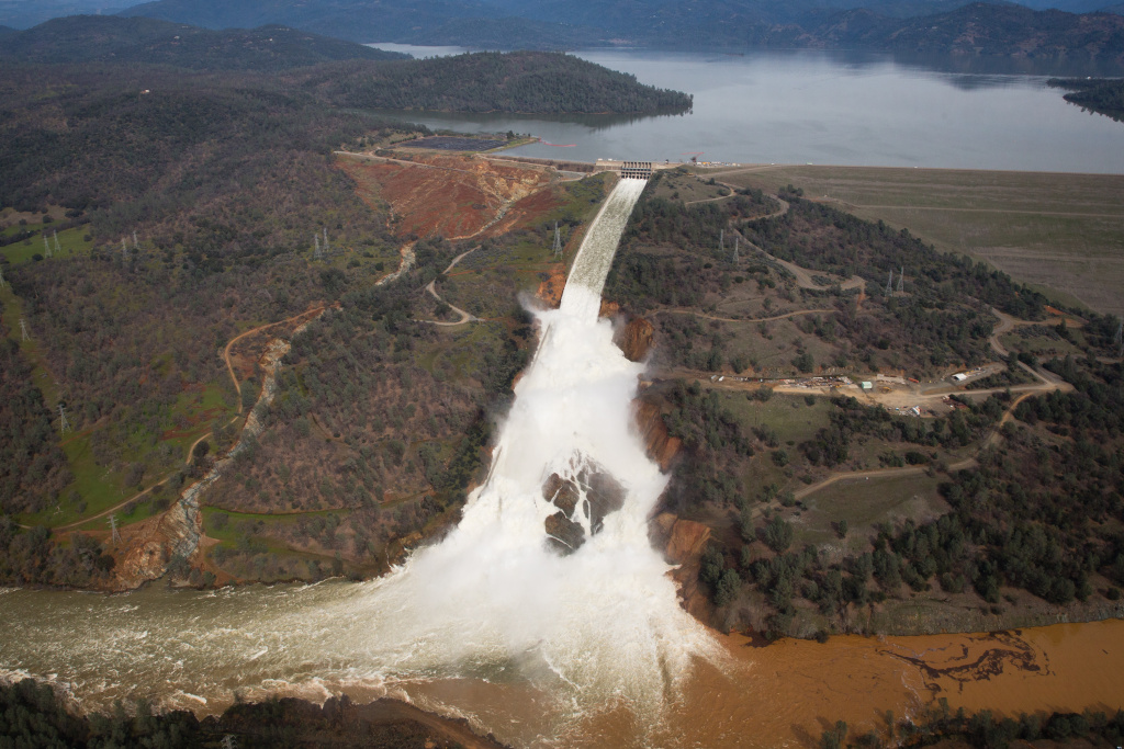 California borrows up to $500 million to fix damage at dam