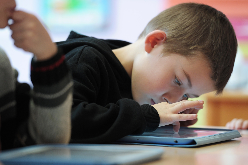Federal education officials have weighed in with a critical review of LAUSD's iPad and student data system projects.