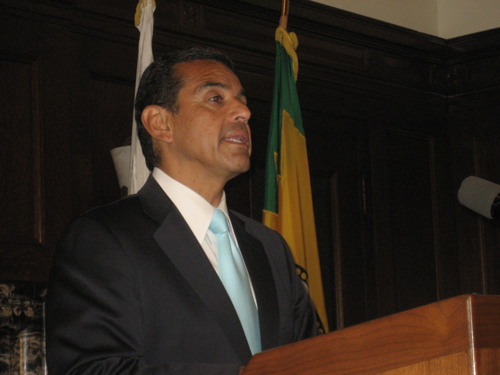 Los Angeles Mayor Antonio Villaraigosa has threatened to veto an early retirement plan he helped negotiate.