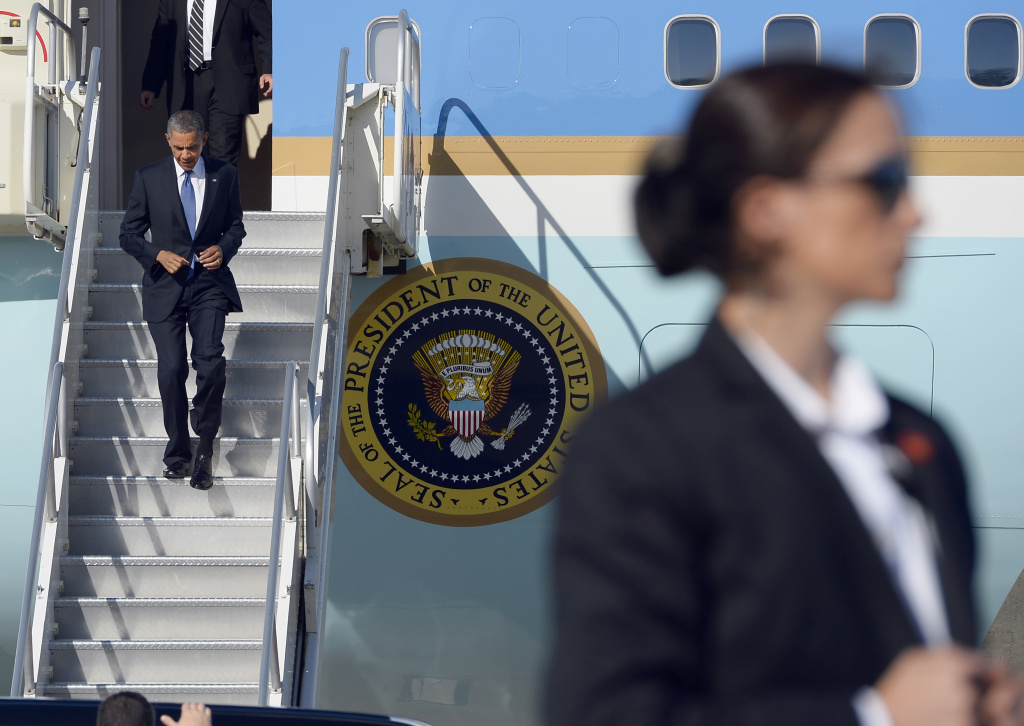 US President Barack Obama disembarks from Air Force One at Moffett Federal Airfield in Mountain View, California, on June 6, 2013. Obama arrived in California to attend DNC events.