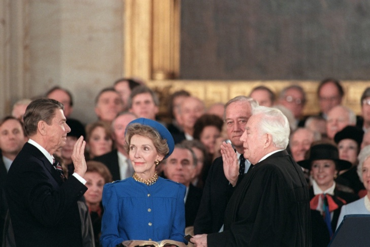 US President Ronald Reagan (C) is sworn