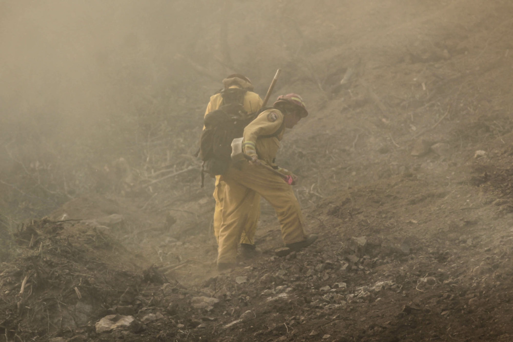 Smoke jumpers battle a fire west of Thousand Oaks in Ventura County on May 2, 2013.