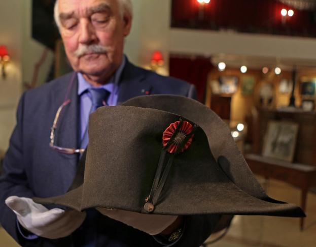 Napoleon expert Jean Claude Dey presents Napoleon s hat d8fd5ad8b34