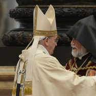 Aram I (R), head of the Catholicosate of the Great House of Cilicia speaks with Pope Francis during an Armenian-Rite Mass marking 100 years since the mass killings of Armenians under the Ottoman Empire, on April 12, 2015 at St Peter's basilica in Vatican.