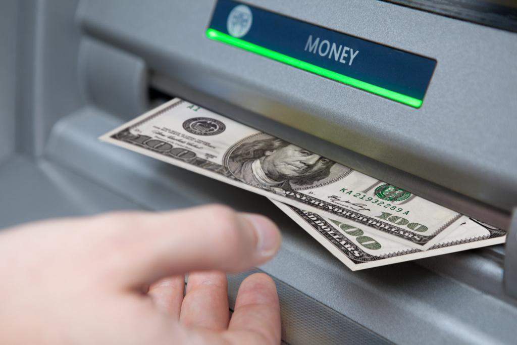 Банки начали отказываться от фиатных денег