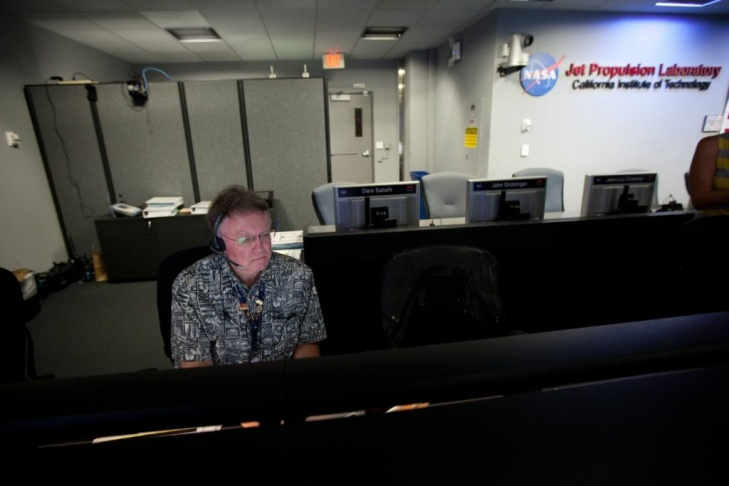 Engineers and JPL employees rejoice as the second image arrives from the Mars rover Curiosity.